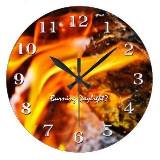 Brinna dagsljus flammar tar tid på stor klocka