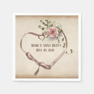 bröllopbandhjärta med ringar och steg pappersservett