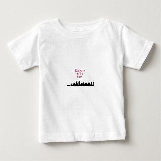 Bröst i Stad-Horisonten T Shirts