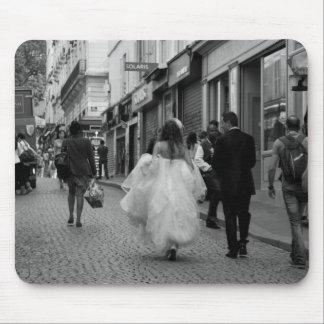 Brud och brudgum på Montmartre Musmatta