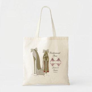 Brudtärnan personifierar brölloptotogåvan hänger tygkasse