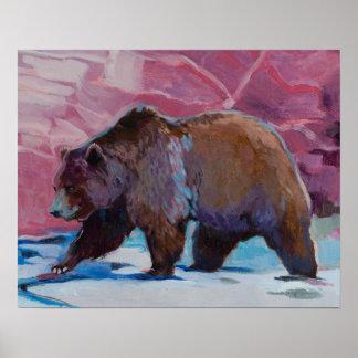 Brun björn i Utah som går vid stenarna Poster