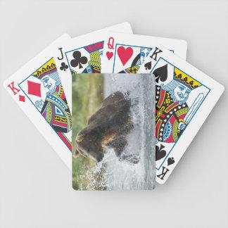 Brun björn som jagar laxen i floden spelkort