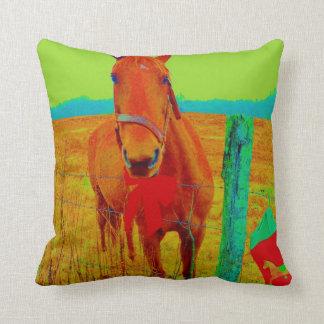 Brun häst, purpurfärgade träd kudde
