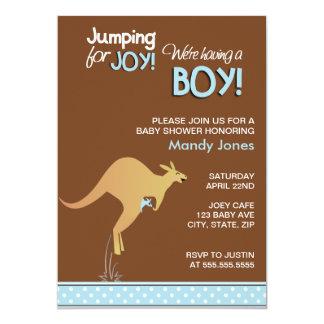 Brun kängurubanhoppning för glädjepojkebaby shower 12,7 x 17,8 cm inbjudningskort