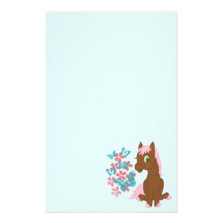 Brun ponny med stationära blommor och fjärilar brevpapper