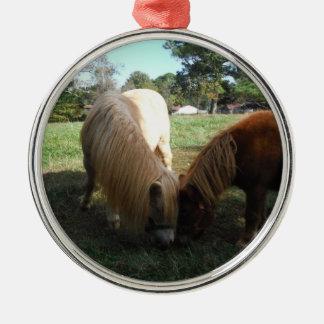 """Brunt blont,"""" miniatyrhästar """" två lite ponnyer rund silverfärgad julgransprydnad"""