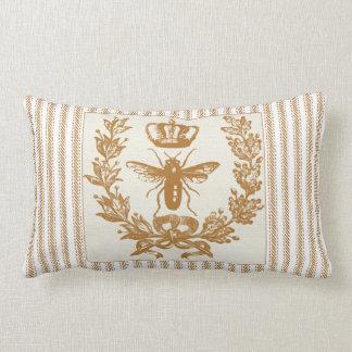 Brunt ticka verkställer med den drottningbiet och dekorativ kudde