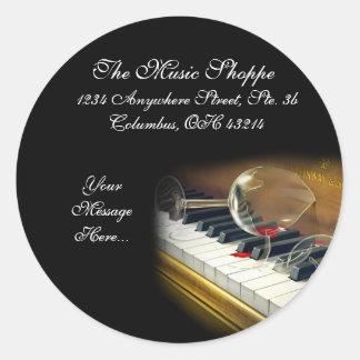 Brutet exponeringsglas på piano stämm runt klistermärke