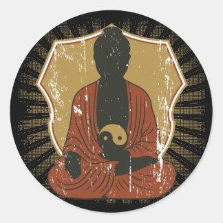 Buddha som mediterar Yin Yang Runt Klistermärke