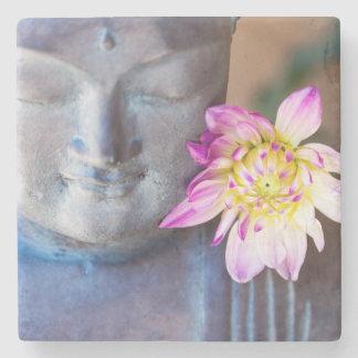 Buddha staty med dahliaen stenunderlägg