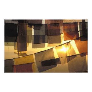Buddistisk bönflaggor i solnedgången, fototryck