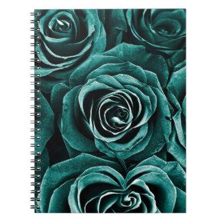 Bukett med rosor i turkos anteckningsbok med spiral