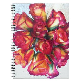 Bukett med rosoranteckningsbok anteckningsbok med spiral