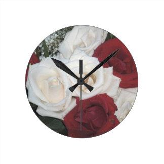 Bukett med rosorväggen tar tid på rund klocka