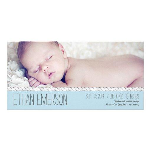 Bundit med rep meddelande för födelse för baby med hälsningskort med foto