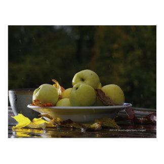 Bunke av äpplen och löv vykort