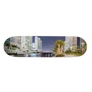 Byggnader längs den Miami floden Riverwalk Old School Skateboard Bräda 21,6 Cm