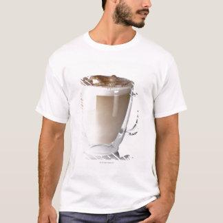 Caffe latte, på vitbakgrund, snitt ut t shirt