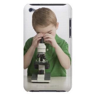 Caucasian pojke som plirar in i mikroskopet barely there iPod skal