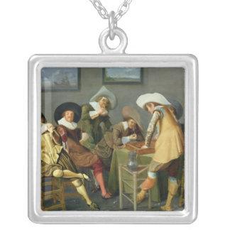 Cavaliers i en krog silverpläterat halsband