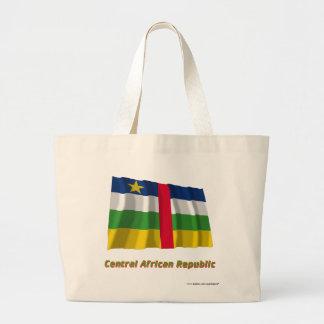 Centralafrikanska republiken som vinkar flagga med tygkassar