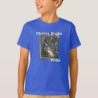 Charles överbryggar Prague den lyckliga hundPraha T-shirts