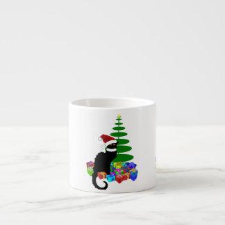 Chatta som är noir med julgranen och gåvor espressomugg