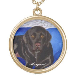 Choklad Labrador på den vide- soffan Guldpläterat Halsband