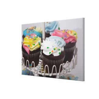 Chokladmuffins på ett tårtastativ 2 canvastryck