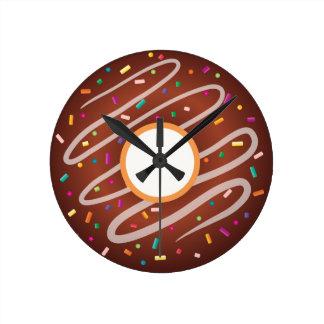 Chokladmunk med regnbågestänk medium rund klocka