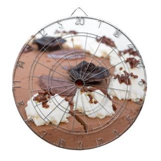 Chokladpralintårtan med tårtasnöre specificerar in piltavlor
