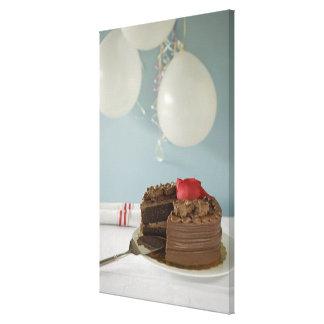 Chokladtårta med den saknade skivan på bord, sträckt kanvastryck