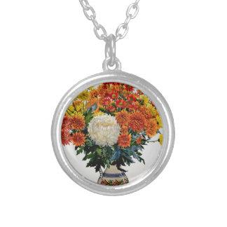 Chrysanthemums i en mönstrad tillbringare 2005 silverpläterat halsband