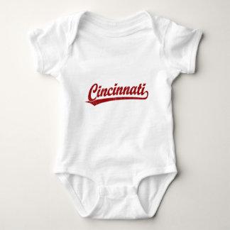 Cincinnati skrivar logotypen i rött tröjor