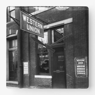 Circa 1925 telegrafera stationen den gammal fyrkantig klocka