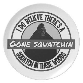 Cirkla - borta Squatchin - Squatch i dessa skogen Tallrik