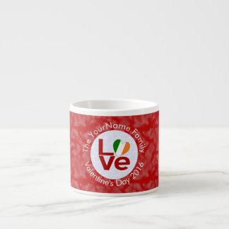 Cirklar röd bakgrundsvit för irländsk KÄRLEK Espressomugg