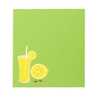 Citronteckenanseende bredvid lemonade anteckningsblock