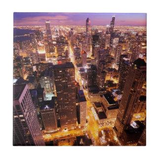 Cityscape på natten av Chicago Liten Kakelplatta