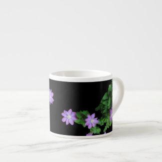 Clematisen blommar den Expresso muggen Espressomugg