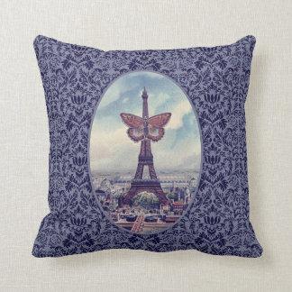 Collage för vintage för den Eiffel tornfjärilen Prydnadskudde
