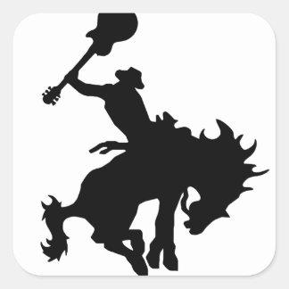 Cowboy för gitarrhjälterodeo på hästrygg fyrkantigt klistermärke