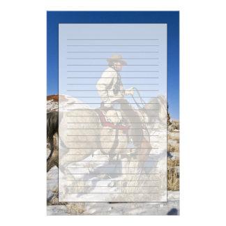 Cowboy med hästar på spänna på hideouten brevpapper