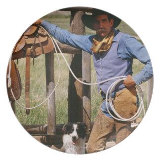 Cowboy som poserar med lassoen och den älsklings- tallrik
