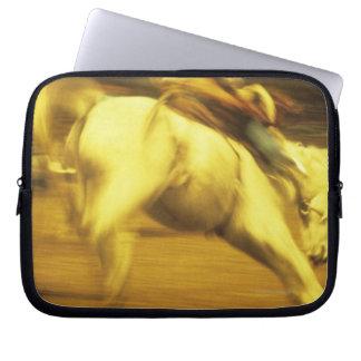 Cowboyridningen som sparkar bakut broncoen i laptop fodral