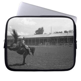 Cowboyridninghäst i rodeo, (B&W) Laptop Fodral