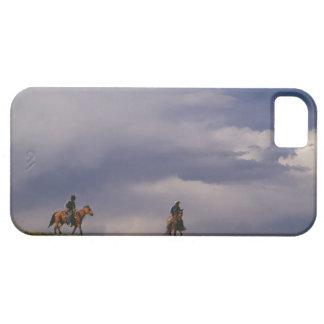 Cowboys som rider hästar iPhone 5 Case-Mate fodraler