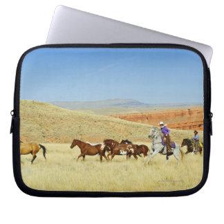 Cowboys som samlas hästar laptop fodral