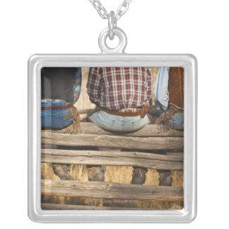 Cowboys som sitter på staket silverpläterat halsband